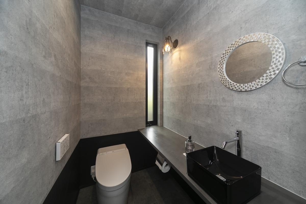モノトーンでまとめられたおしゃれなトイレの実例
