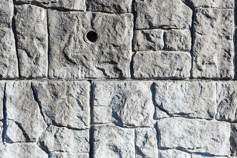 擁壁の水抜き穴の写真