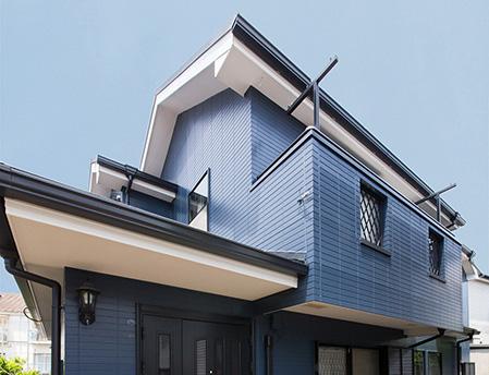 濃いブルーグレーの家の写真