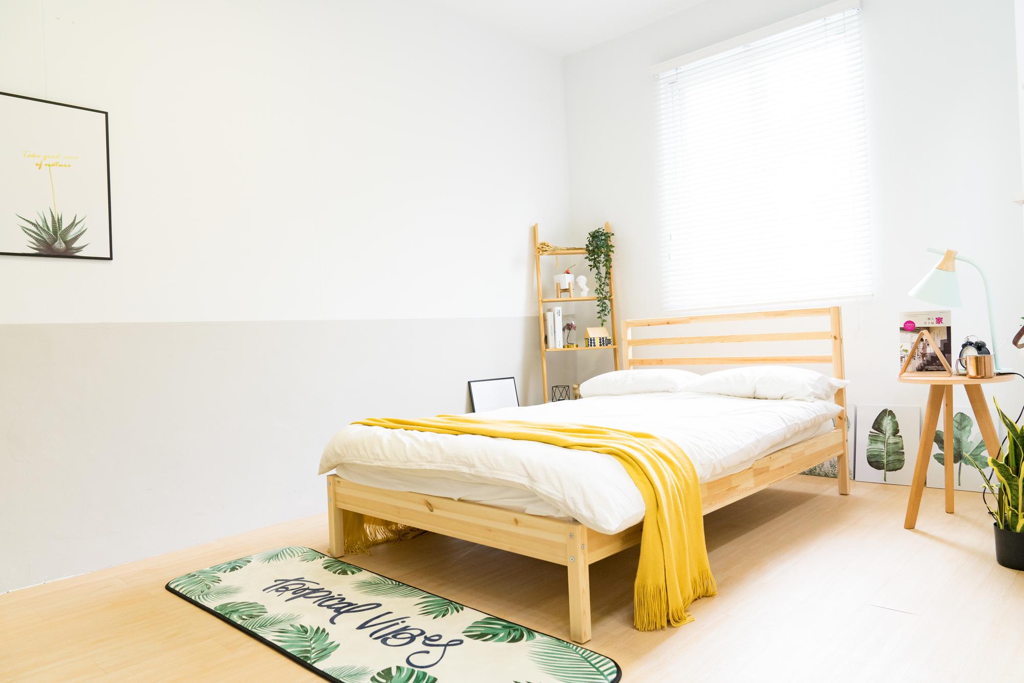 一人暮らしの部屋にあるベッドの写真
