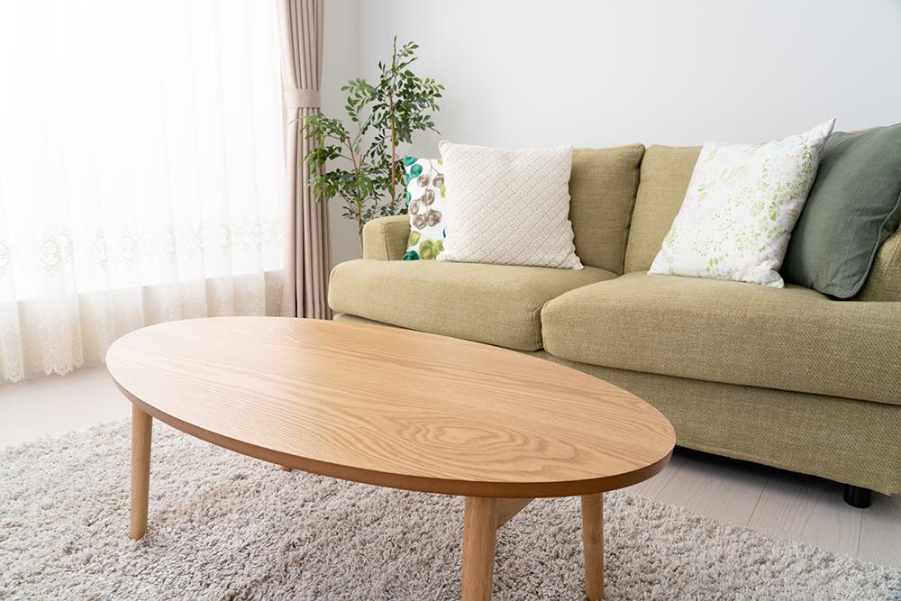 一人暮らしの部屋に置かれたテーブルの写真