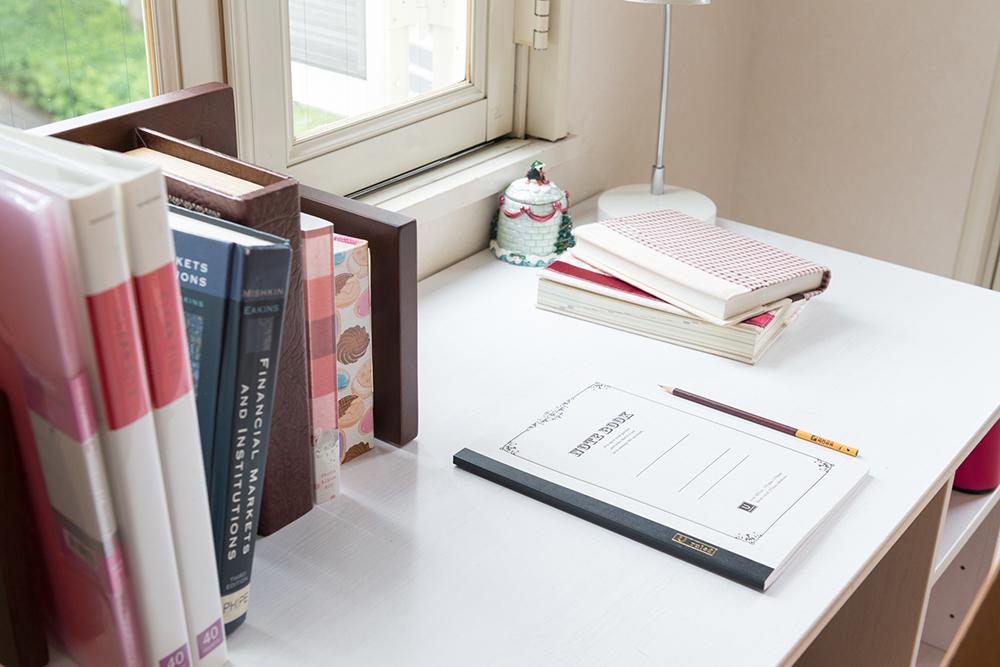 勉強、仕事用のデスクの写真