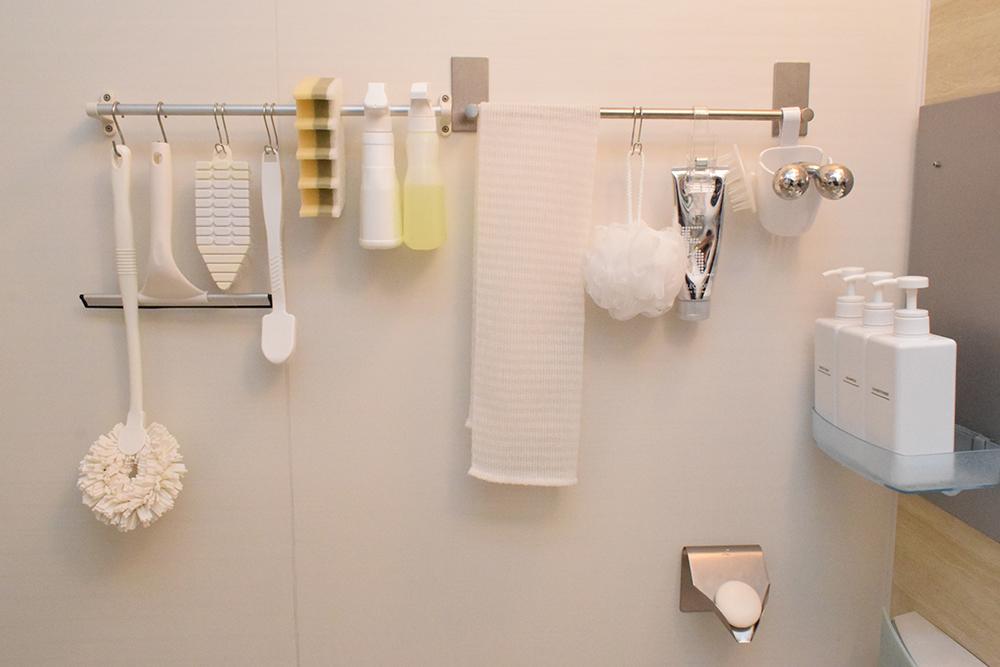 バスルームで使う掃除用具を浮かせて収納