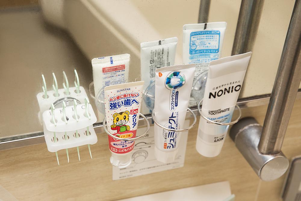 歯磨き粉なども浮かせて収納