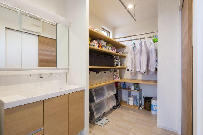 洗面室に併設されたウォークインクロゼット