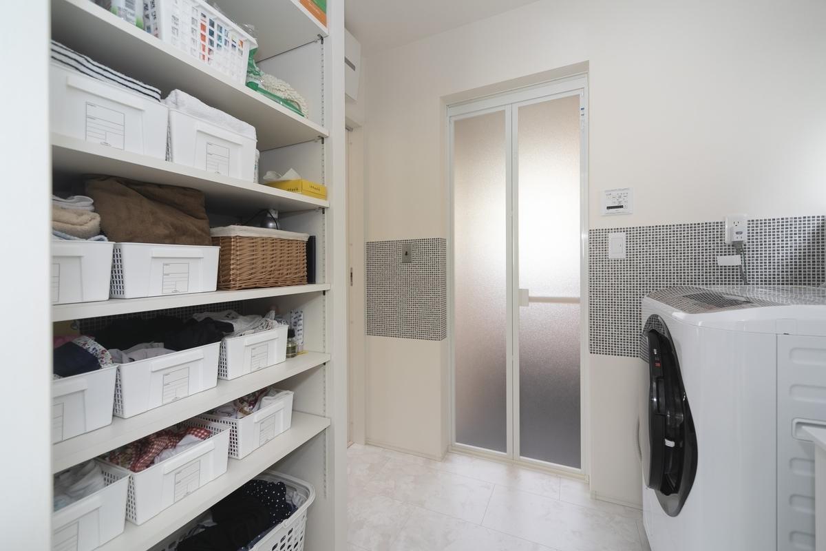 洗面室の造作棚には日用品が収納されている
