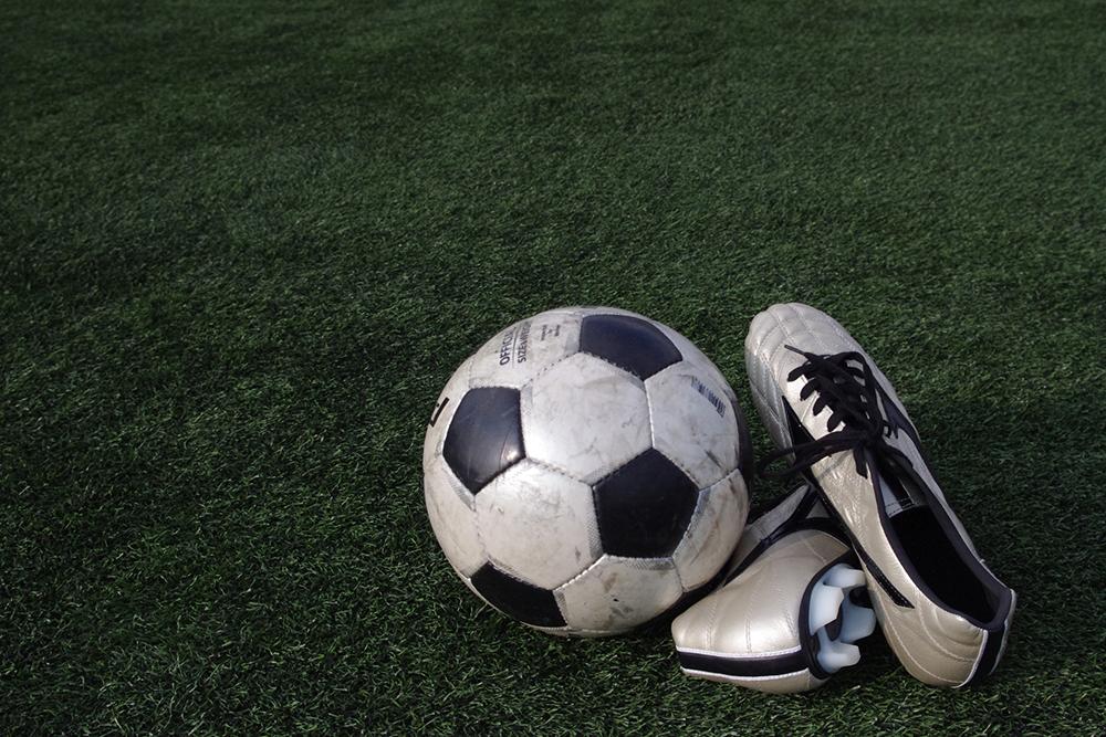 サッカーボールとシューズの写真