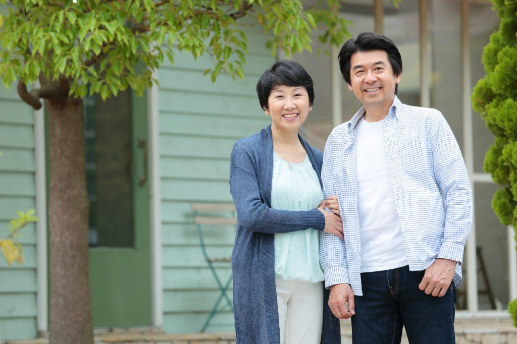 平屋と夫婦の画像