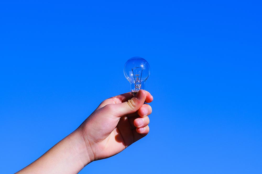 電球を持っている人の写真