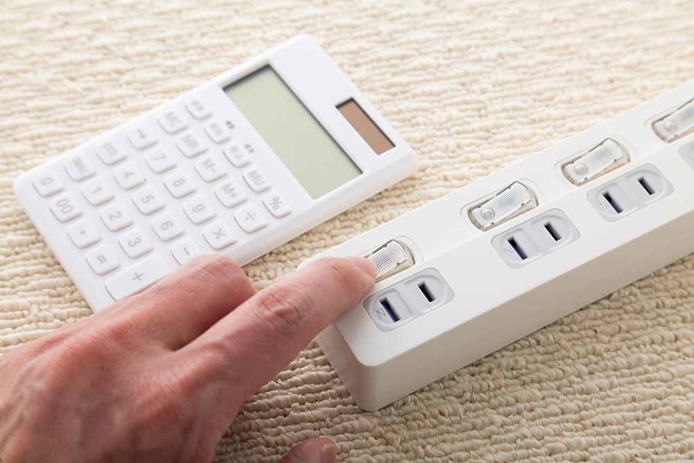 電卓と電源タップの写真