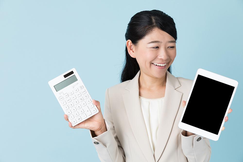 インターネットの使用料金を計算する人の写真