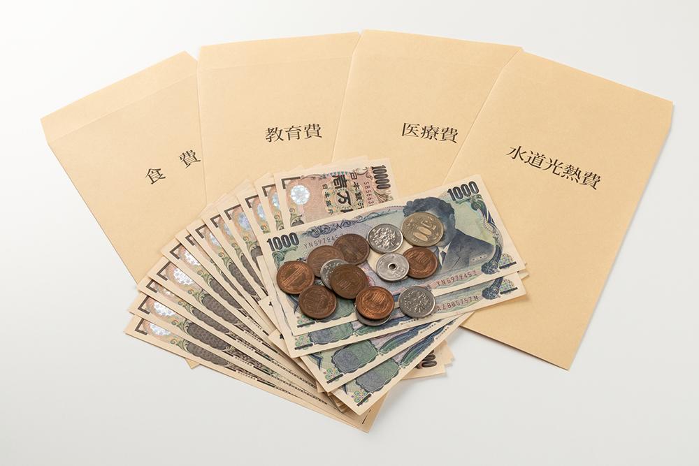 お金と封筒の写真