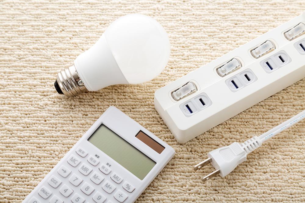 電気と電卓の写真