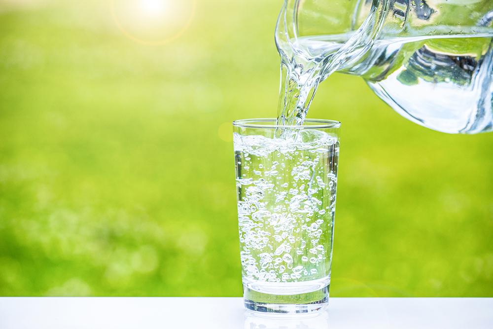 水を汲む人の写真