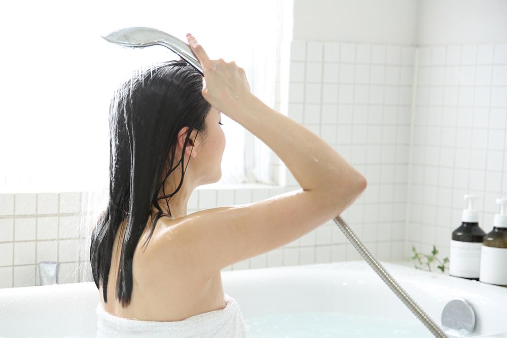 シャワーを使う人の写真