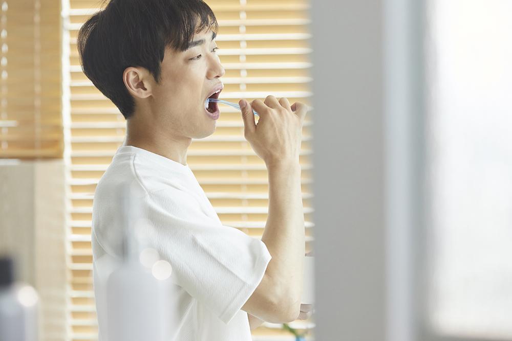歯磨きをする人の写真