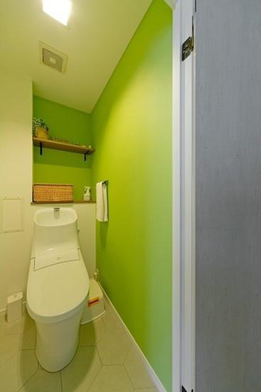 トイレリフォーム実例:黄緑のアクセントウォール