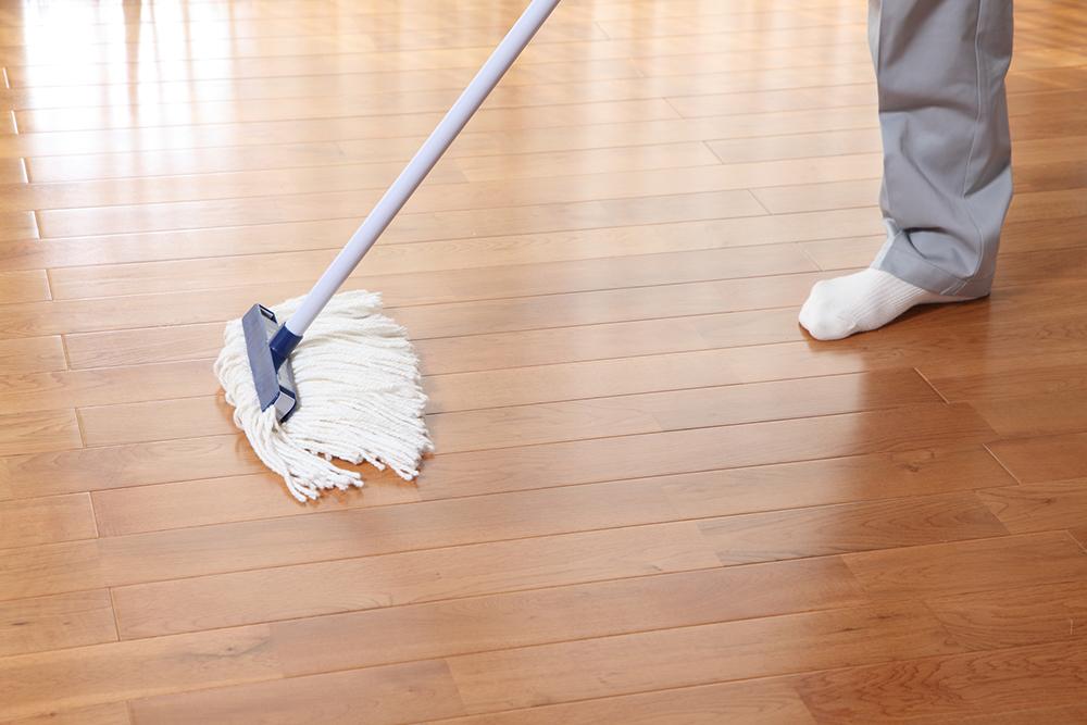無垢材の床を掃除するする様子