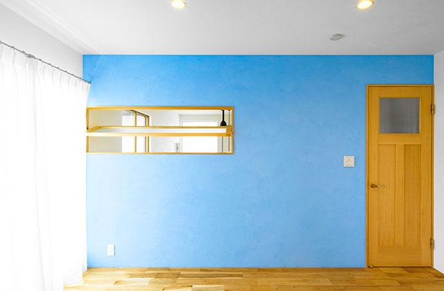 明るい色の珪藻土壁の寝室