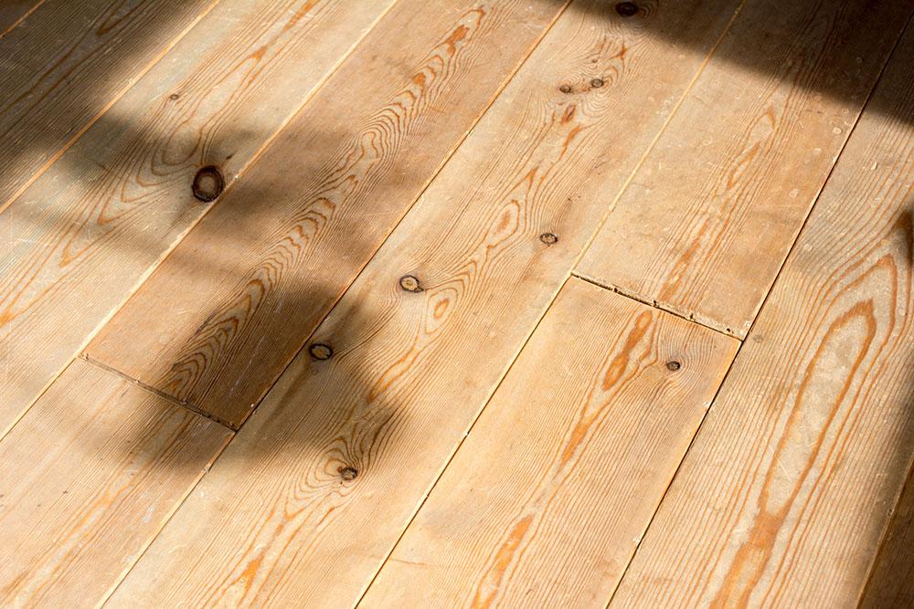 傷や汚れのある無垢材の床