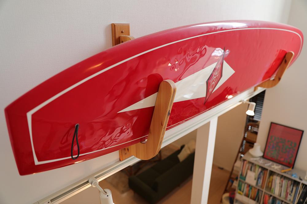 サーフボードを吹抜け上部や梁にディスプレー