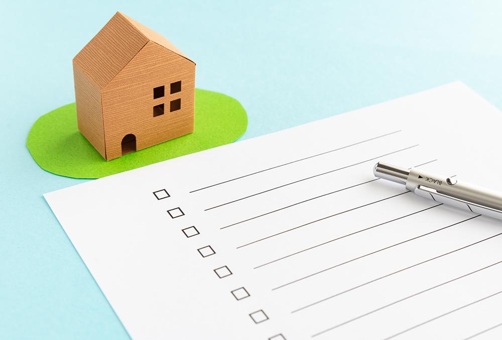家の模型とチェックリストの写真