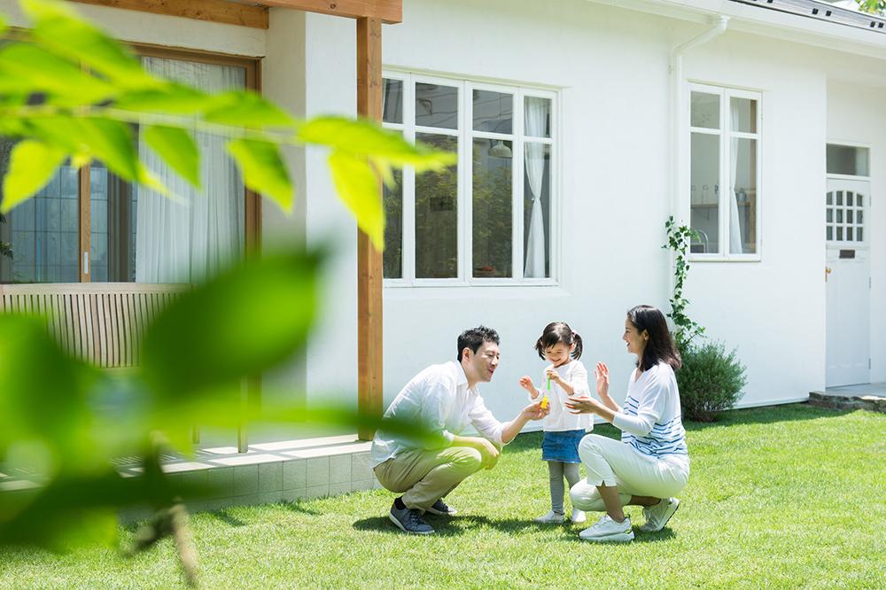 庭で遊ぶ家族の写真