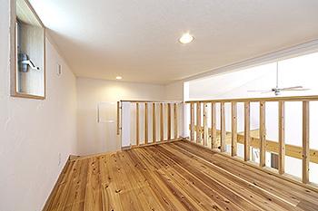 杉の無垢材を床に採用したロフト
