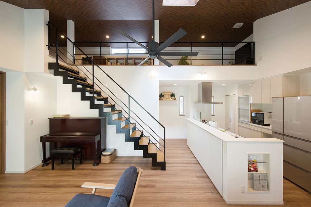 アイアン手すりを備えたロフトと、デザイン性の高いスケルトン階段