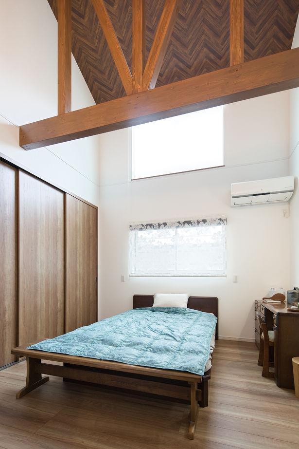 北側でも勾配天井と高窓で明るく開放感のある寝室