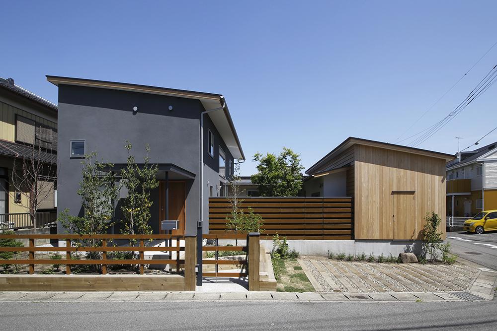 2階建てと平屋の2棟を中庭を挟むコの字型に配した実例