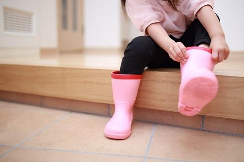 長靴をはく子供の写真