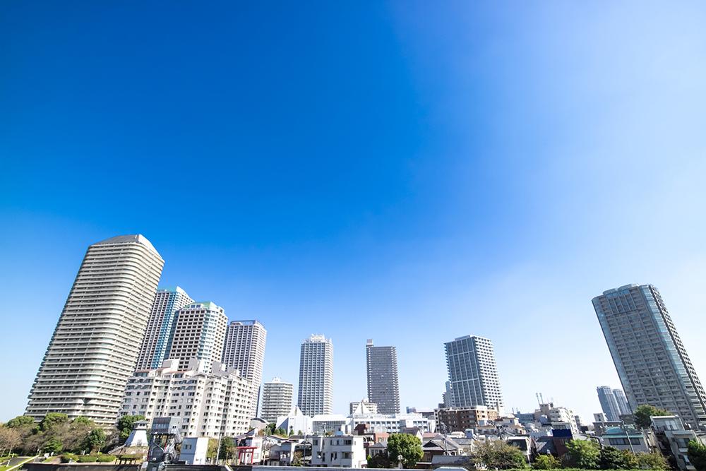 タワーマンションとオフィスビルのある都市風景
