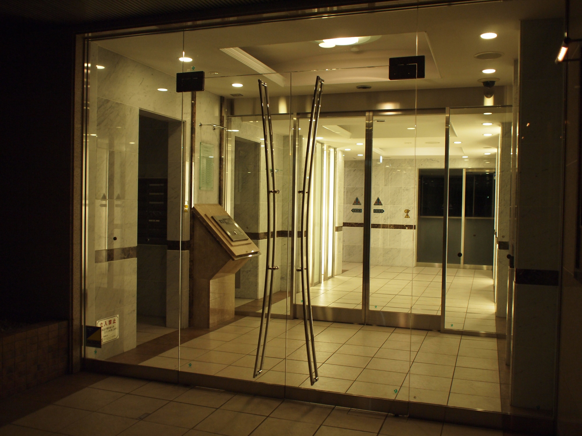 オートロックの玄関の写真