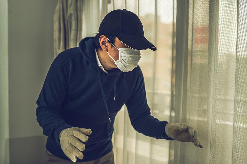 住居内に侵入しようとする人の写真