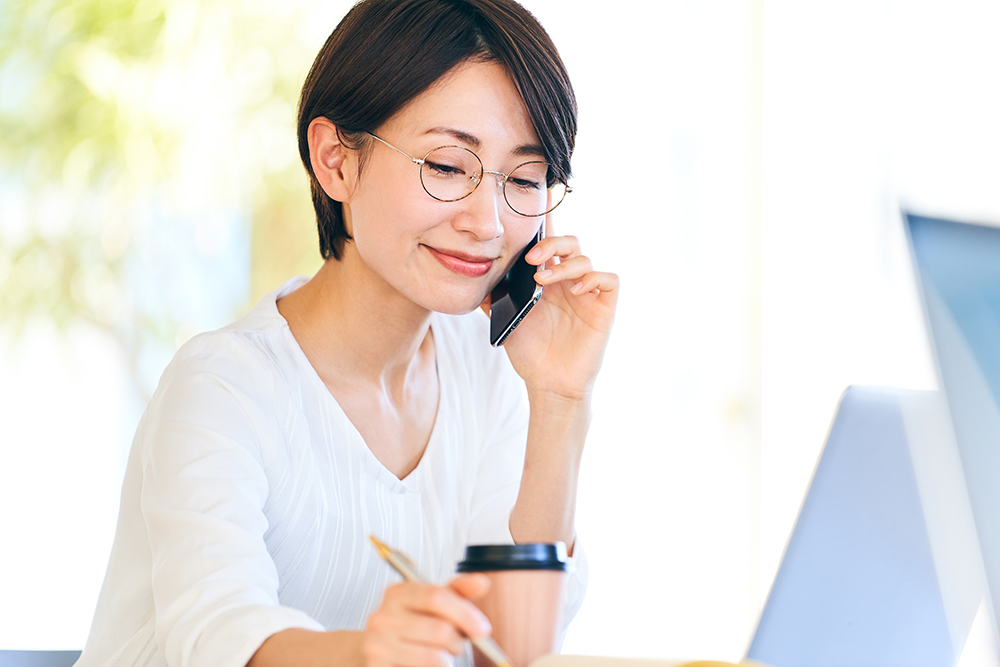 スマートフォンで通話する女性