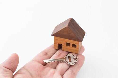 家の模型と鍵の写真
