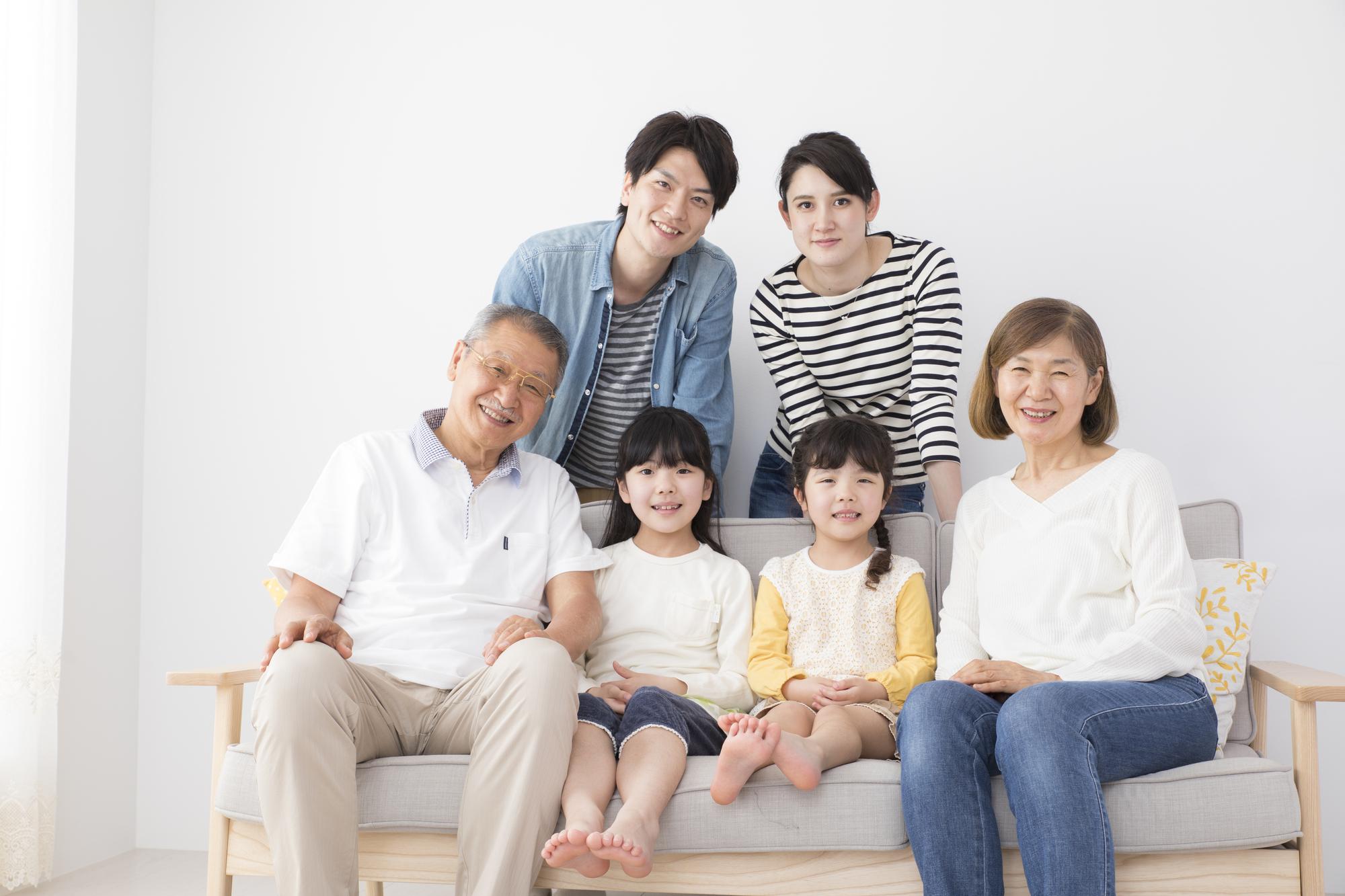 窮屈そうに座る家族