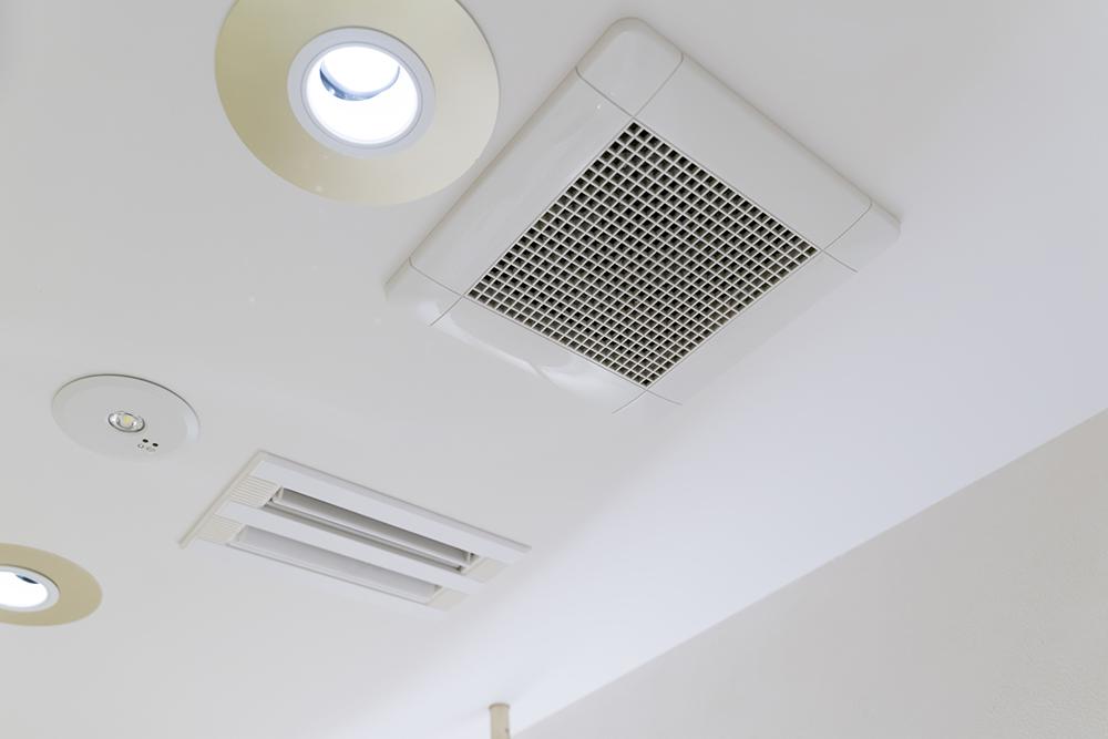 洗面室の天井に設置された排気口イメージ