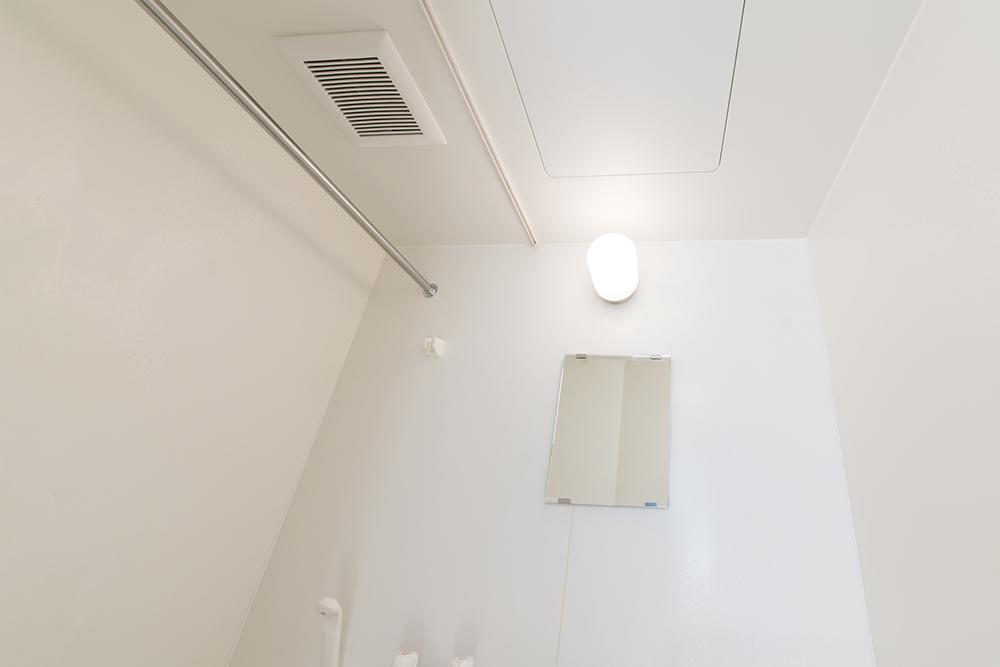 浴室の天井に埋め込まれた浴室の換気扇イメージ