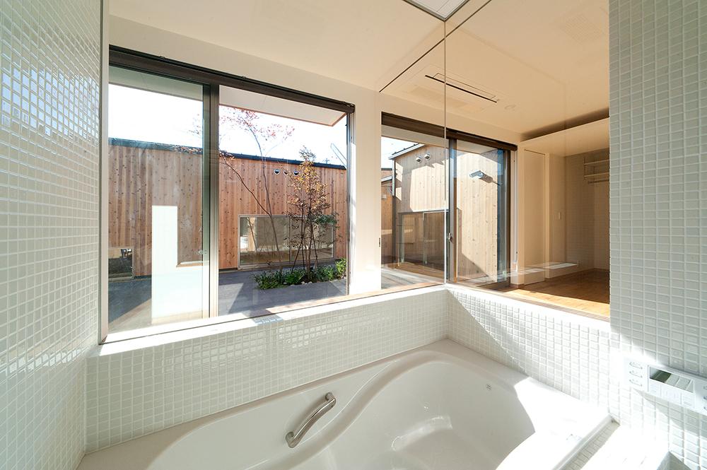 開放的で贅沢な気分を味わえる中庭に面した浴室