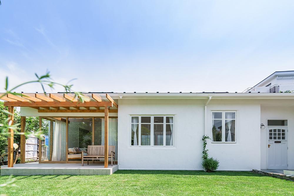同じ方角に庭も玄関も配置されている平屋のイメージ