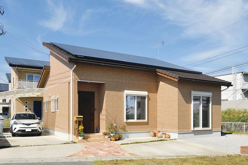 太陽光発電システムが搭載された平屋の外観
