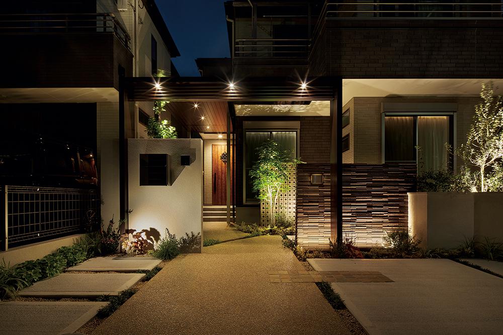 門まわりを下からライトアップすることで、足元の明るさを確保しながら幻想的な雰囲気を演出したアプローチ