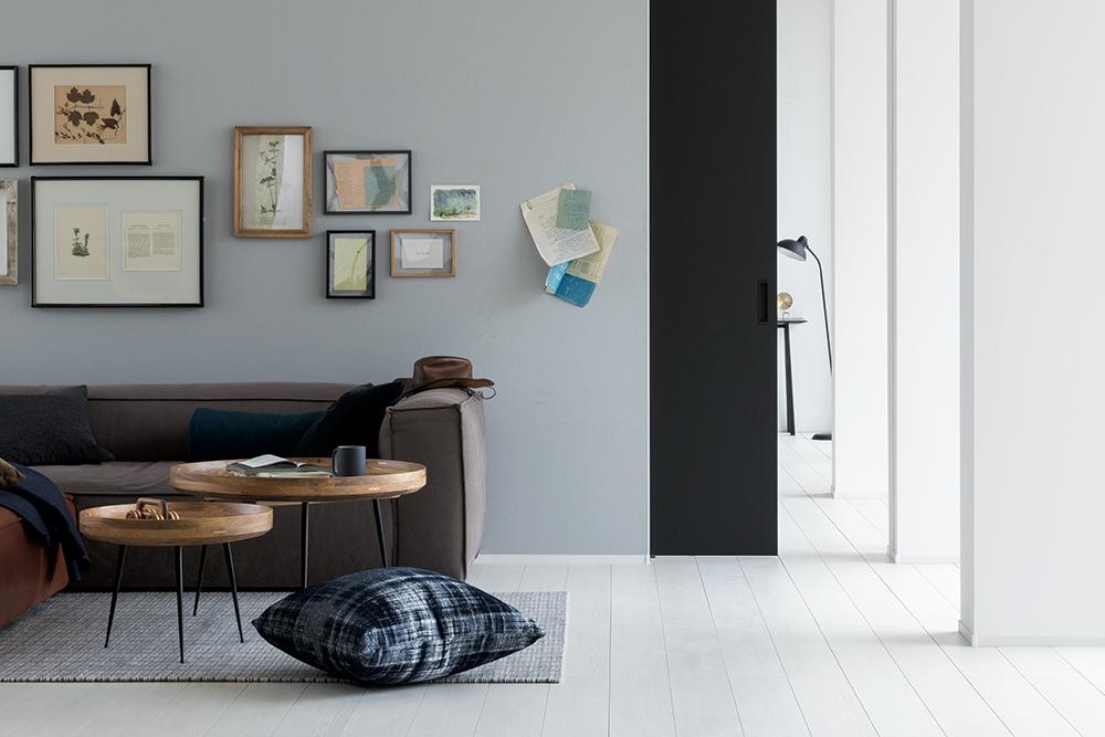 壁面に家具を配置し、アートを飾った室内戸袋