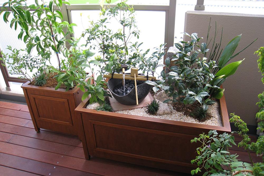 ベランダに観葉植物と水盤を設置した和風のガーデニング