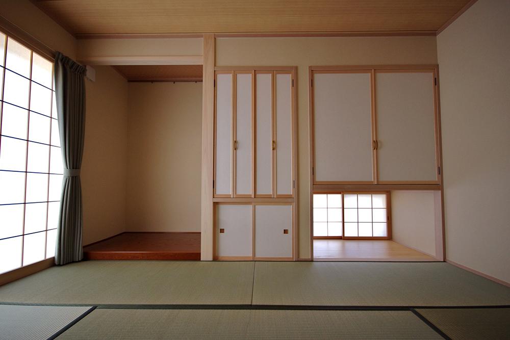 地窓のあるつり収納を設けた和室