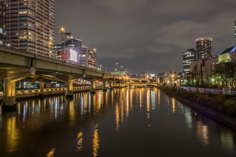 川沿いのビルやマンションの夜景の画像