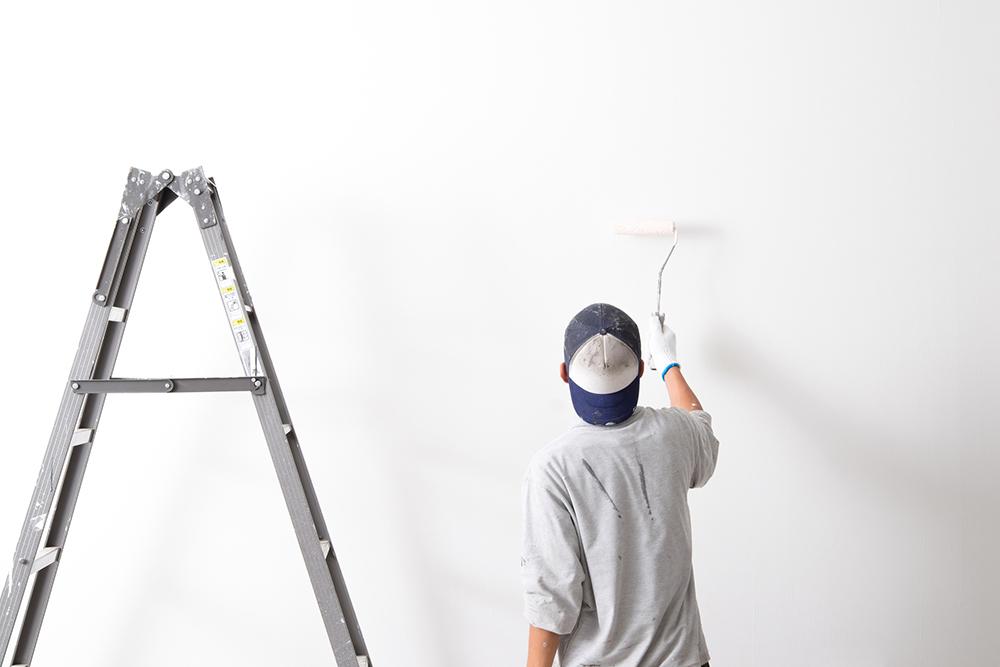 ローラーで塗料を塗り広げるイメージ