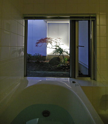 入浴中にライトアップした庭を眺められるように設けた坪庭